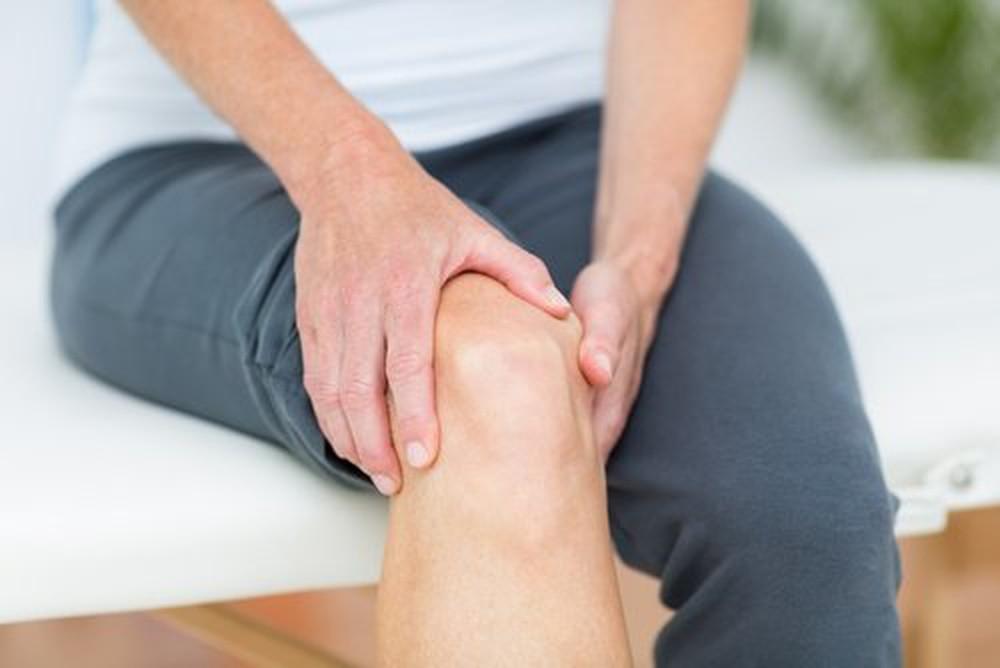 Triệu chứng thoái hóa điển hình: đau nhức mỏi, sưng, tê bì, co thắt cơ, mất khả năng vận động